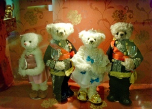 Cast of Goong as teddy bears