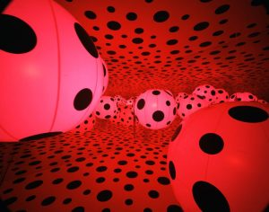 Yayoi Kusama, Dots Obsession – Love Transformed Into Dots, 2007. Interior view of large balloon dome with mirror room. Installation: Suspended vinyl balloons, large balloon dome with mirror room, peep-in mirror dome, and projected digital video. Mirror room dome height: 156 in. (396.2 cm); diameter: 234 in. (594.4 cm). Peep dome diameter: 78 in. (198.1 cm). Installed in Dots Obsession—Love Transformed into Dots, Haus der Kunst, Munich, 2007
