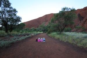 Uluṟu - Walking around the base. Little bears respected the Aṉangu wish that they do not climb Uluṟu.