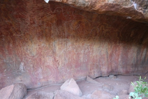 Uluṟu - Kulpi Nyiinkaku (teaching cave) - Rainbow serpent drawing on the wall