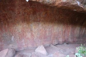 Uluṟu - Kulpi Nyiinkaku (teaching cave) - Rainbow serpent drawing on the wall