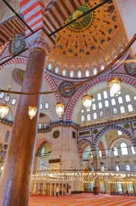Süleymaniye Mosque interior - Close-up of porphyry column